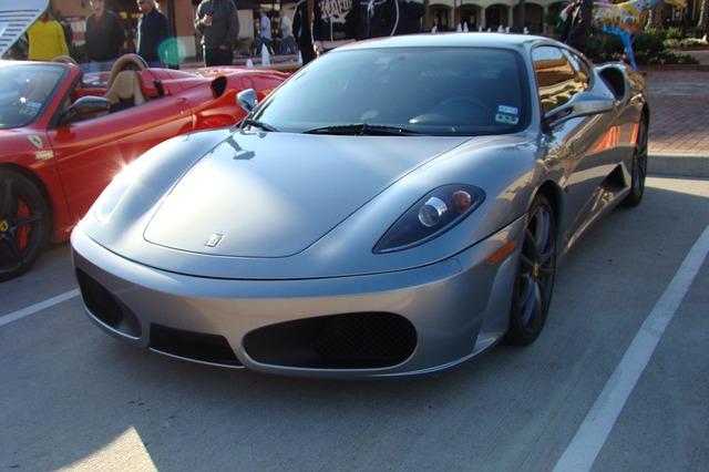 stříbrné Ferrari